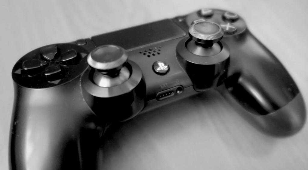 Metalowe analogi w DualShocku 4, czy warto wymienić?